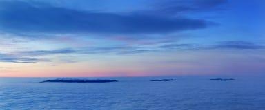 Ljusa genomdränkta färger gryr ovanför havet av dimma över blasten av det Carpathian är den fabulously härliga panoramautsikten royaltyfria foton