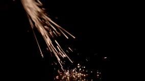 Ljusa gula gnistor på en svart bakgrund stock video