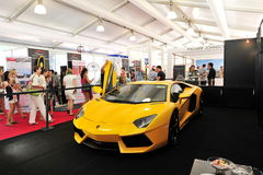 Ljusa gula Lamborghini Aventador på skärm på den Singapore yachtshowen 2013 Arkivfoton