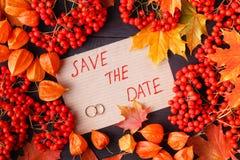 Ljusa höstsidor för att gifta sig inbjudan eller sparar datummallen, säsonghälsningkort royaltyfri fotografi