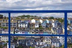 Ljusa hus Brixham Torbay Devon Endland UK för blått staket Royaltyfria Foton