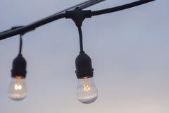 Ljusa idéer som hänger lightbulbs Arkivfoton