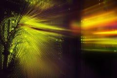 Ljusa indikatorer och rörelse på värddatordatorhallen i mörkret arkivbild