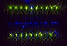 Ljusa indikatorer på värddatordatorhallen i mörkret fotografering för bildbyråer