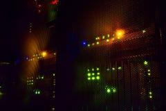 Ljusa indikatorer på värddatordatorhallen i mörkret royaltyfria bilder
