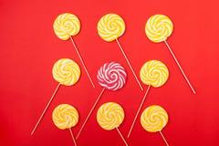 Ljusa klubbor Gula och rosa sötsaker från konditor arkivfoton