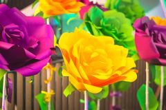 Ljusa konstgjorda blommor Arkivfoton
