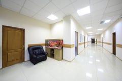 Ljusa korridorer med dörrar till kontor och akvariet Royaltyfri Bild