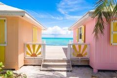 Ljusa kulöra hus på ett exotiskt karibiskt Fotografering för Bildbyråer