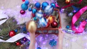 Ljusa kulöra julbollar ` S för nytt år och jul arkivfilmer