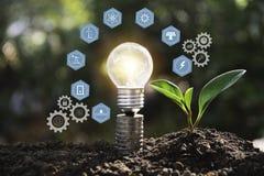 Ljusa kulor med gl?dande teknologi- och kreativitetbegrepp med ljusa kulor och kopieringsutrymme f?r mellanl?ggstext arkivfoton