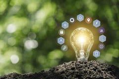Ljusa kulor med gl?dande teknologi- och kreativitetbegrepp med ljusa kulor och kopieringsutrymme f?r mellanl?ggstext royaltyfri bild