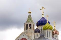 ljusa kupoler av den kristna kyrkan på den gråa himlen Royaltyfri Foto