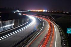 ljusa linjer lång natt för exponeringshuvudväg Royaltyfri Foto