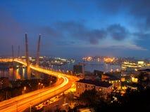 Ljusa ljus av natten i den guld- horn- fjärden och det guld-, Vladivostok Royaltyfri Fotografi