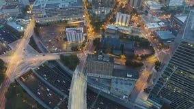 Ljusa ljus för stor stads- stad på den upptagna gatan av arkitektur för Atlanta finansiell disctrictskyskrapa som är i stadens ce lager videofilmer