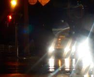 Ljusa ljus från bilar på den oskarpa abstrakta bakgrunden för nattstadsgata royaltyfria foton
