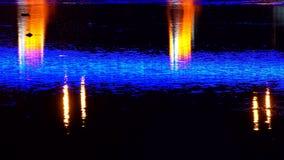 Ljusa ljus i nattstadsbro reflekterade i flodljusen Uzgorod stock video