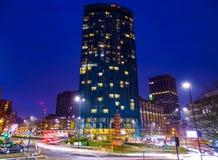Ljusa ljus, storstadkänsel av Birmingham UK på en vinternatt arkivfoto