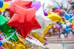 Ljusa mångfärgade ballonger under en gataferie Royaltyfria Bilder
