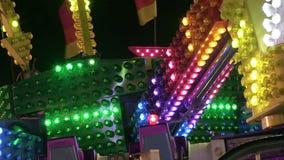 Ljusa mångfärgade jagaljus på karnevalritt stock video