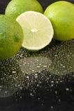 ljusa mörka nya gröna limefrukter för bakgrund Royaltyfria Bilder