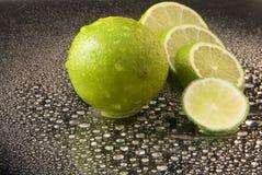 ljusa mörka nya gröna limefrukter för bakgrund Arkivbilder