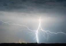 ljusa medf8orande oklarheter tung åska för storm för blixtmoonsky royaltyfri foto