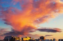 Ljusa moln över Frankfurt Royaltyfria Bilder