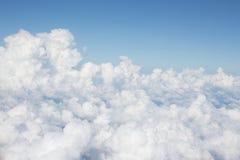 Ljusa moln med blå himmel arkivbilder