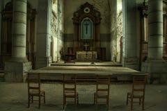 Ljusa nedgångar i en gammal kyrka Royaltyfri Bild
