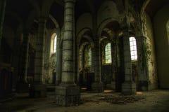 Ljusa nedgångar i en gammal kyrka Royaltyfria Bilder