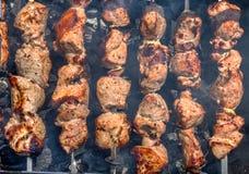 Ljusa nya klara kebaber på steknålar över de förberedda kolen på Royaltyfria Foton