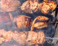 Ljusa nya klara kebaber på steknålar över de förberedda kolen på Royaltyfri Bild