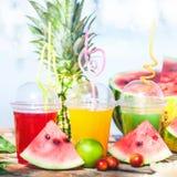 Ljusa nya sunda fruktsafter, frukt, ananas, vattenmelon på bakgrunden av havet Sommar vilar, den sunda livsstilen Fotografering för Bildbyråer