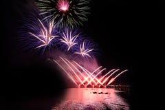 Ljusa och färgrika fyrverkerier mot en svart natthimmel fyrverkeri Arkivbilder