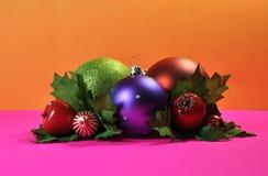 Ljusa och färgrika julBaublegarneringar Arkivbilder