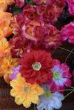 Ljusa och härliga färger av plast- blommor Royaltyfri Bild