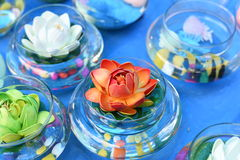 Ljusa och härliga färger av plast- blommor Royaltyfria Bilder