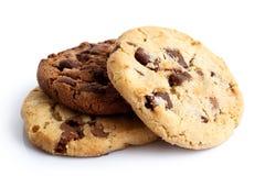 Ljusa och mörka choklade kakor som isoleras på vit Arkivfoton