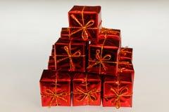 Ljusa olourful beautifully slågna in gåvor i en hög royaltyfria foton