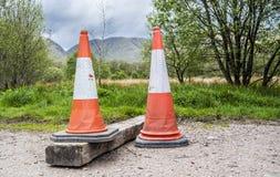 Ljusa orange trafikkottar i de skotska högländerna Royaltyfria Bilder