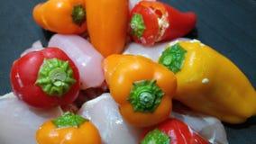 Ljusa organiska peppar med rått kött Arkivfoton