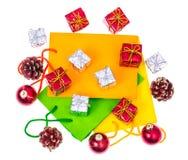 Ljusa packar och askar för gåvor för jul och för nytt år Nära övre royaltyfria foton