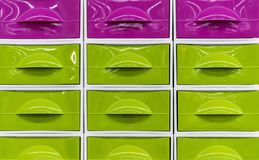 Ljusa plast- askar för att lagra hushållobjekt royaltyfri bild