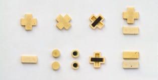 Ljusa plast- cyrillicbokstäver med magneten på vitbok royaltyfri fotografi