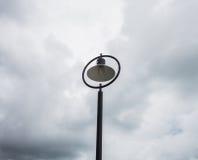 Ljusa poler för gata längs stranden Royaltyfri Fotografi