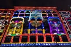 Ljusa projektioner under den vita natten Royaltyfri Foto