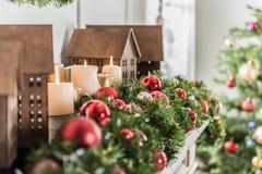 Ljusa prydnader för nytt år i lägenhet royaltyfria foton