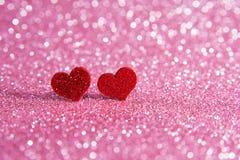Ljusa röda hjärtor för valentin på en rosa bakgrund Arkivbilder